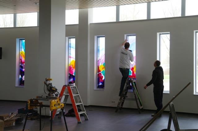 Het plaatsen van de ramen op 20 maart 2012