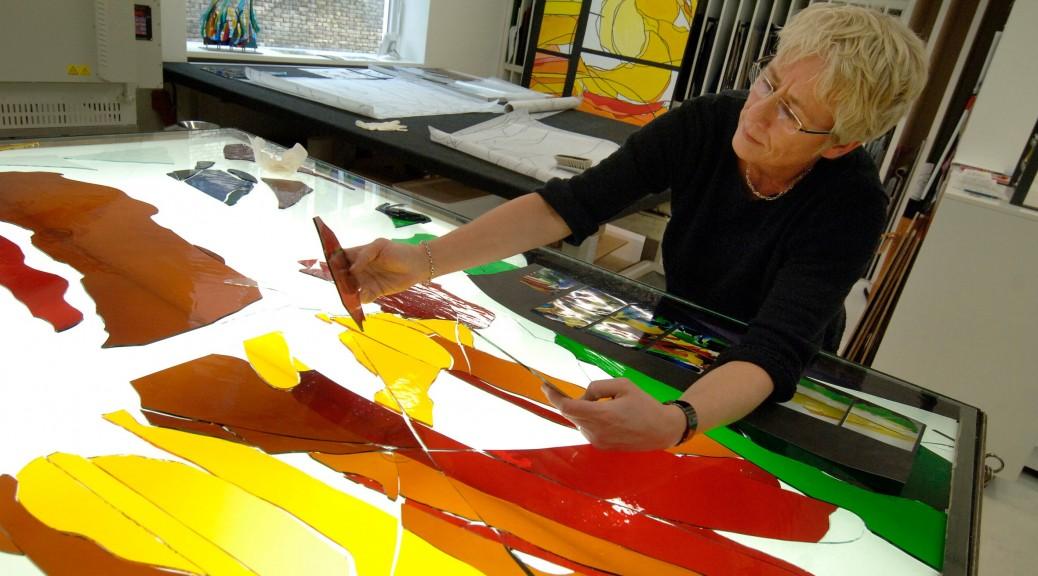 Annemiek Punt in haar glas-in-loodatelier | Atelier Galerie Annemiek Punt Ootmarsum Glas & Schilder Kunst