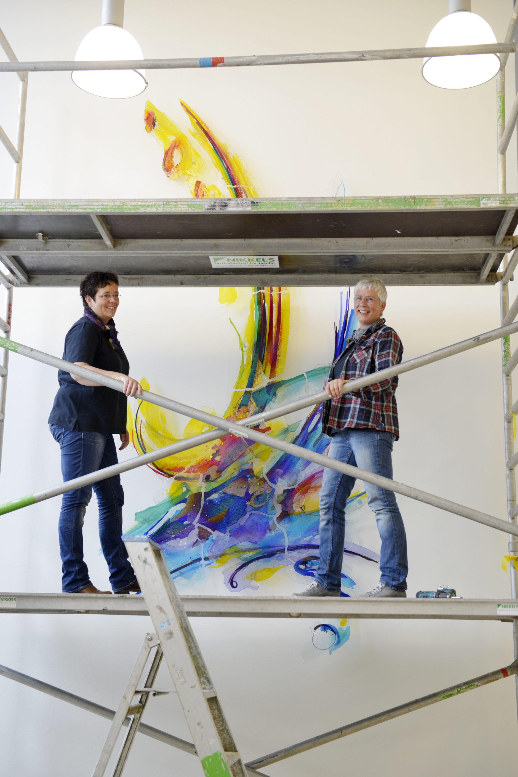 Plaatsing van het kunstwerk in het Waterschapkantoor Apeldoorn | Atelier Galerie Annemiek Punt Ootmarsum Glas & Schilder Kunst