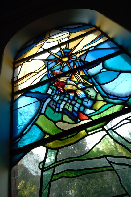"""Gebrandschilderd raam met het thema: """"de wonderbaarlijke visvangst"""""""