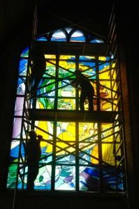 Het plaatsen van het gebrandschilderde raam van Annemiek Punt in de Nieuwe Kerk Delft. 2006