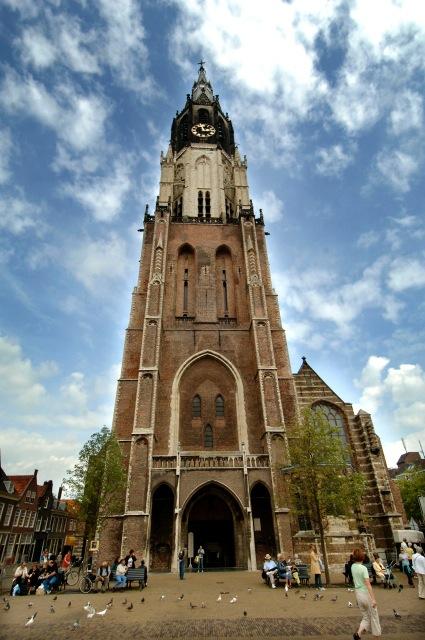 Het raam bevindt zich rechts in de kopgevel van de Nieuwe Kerk in Delft.