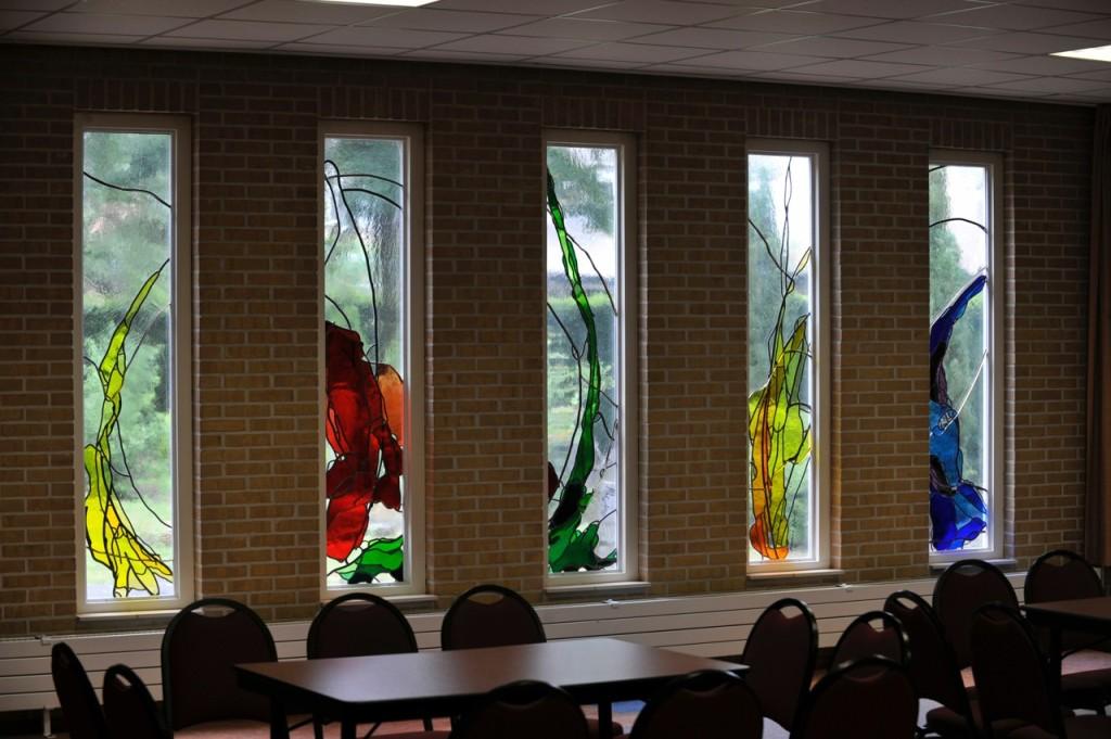5 van de 11 gebrandschilderde ramen in de Aula aan de Deugenweerd in Borculo