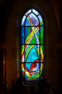 Glas-in-loodraam ontworpen en uitgevoerd door Annemiek Punt in de Nicolaaskerk te Denekamp.
