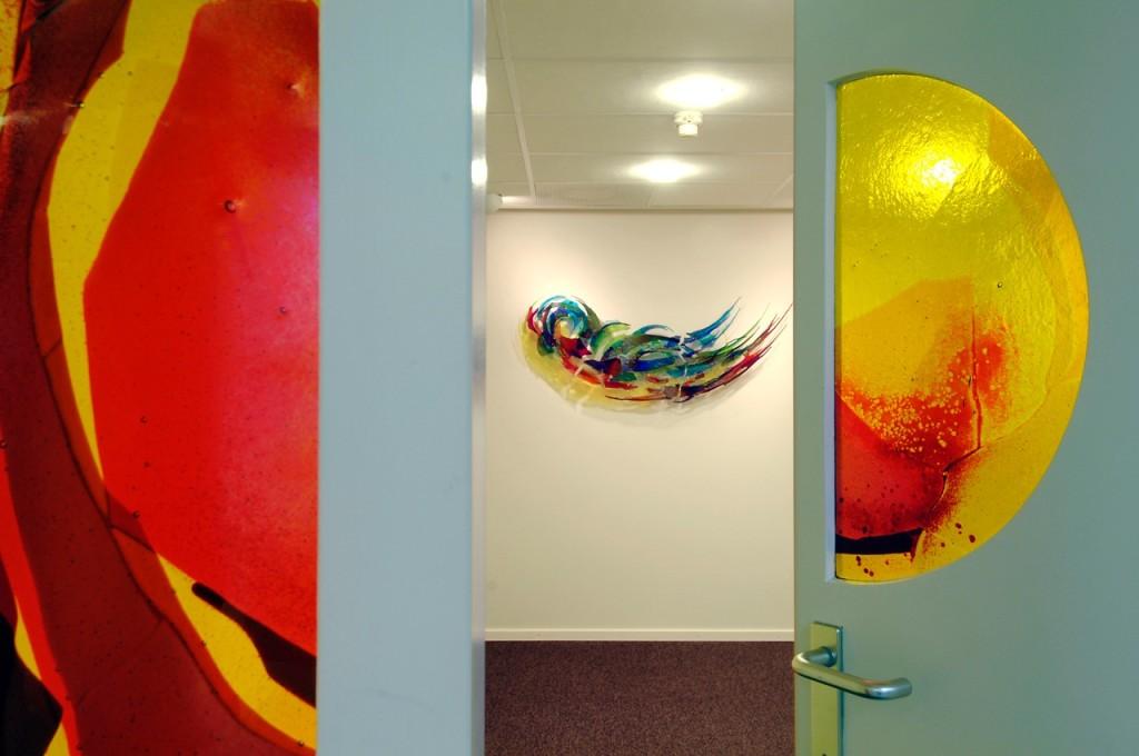 In het stiltecentrum hangt een kunstwerk aan de muur. Ontwerp en uitovering: Annemiek Punt