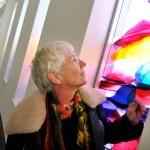 Annemiek bij haar kunstwerk voor 'De Amandelboom' in Kampen