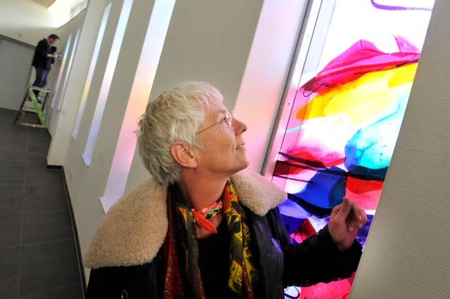 Annemiek bij haar kunstwerk voor 'De Amandelboom' in Kampen | Atelier Galerie Annemiek Punt Ootmarsum Glas & Schilder Kunst
