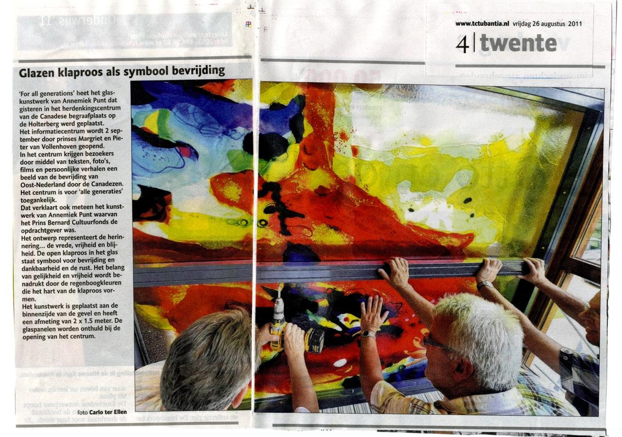 'Glazen klaproos als symbool bevrijding' | Atelier Galerie Annemiek Punt Ootmarsum Glas & Schilder Kunst