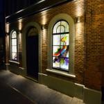 Kunstwerk in de oude Joodse school in Enschede | Atelier Galerie Annemiek Punt Ootmarsum, Glaskunst en Schilderkunst