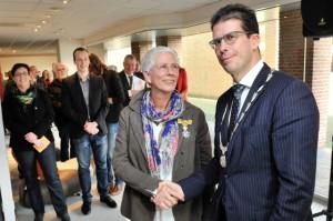 Burgemeester Joost van Oostrum van de gemeente Berkelland heeft de koninklijke onderscheiding uitgereikt aan een verwonderde Annemiek.