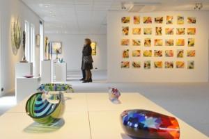 35 jaar beeldend kunstenaar. Een muur met 35 verschillende kunstwerken van Annemiek.