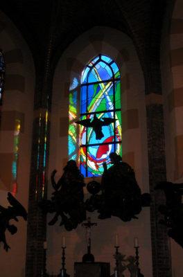 Gebrandschilderd glas-in-loodraam van Annemiek Punt, in de Sint Nicolaaskerk Denekamp