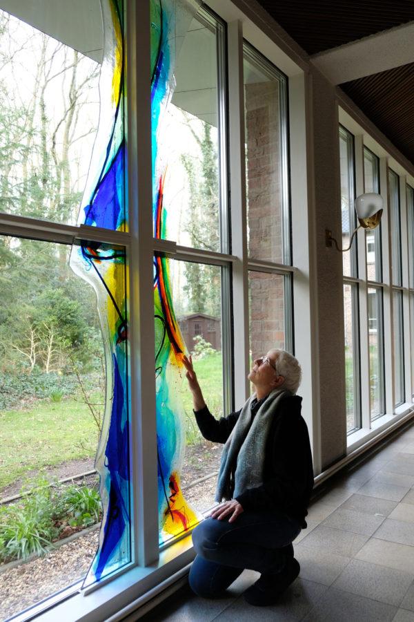 Glaskunstwerk van Annemiek Punt in de Bergkerk in Amersfoort | Atelier Galerie Annemiek Punt in Ootmarsum